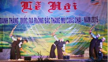 Biểu diễn khèn Mông khai mạc Tuần khám phá danh thắng quốc gia ruộng bậc thang Mù Cang Chải.