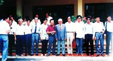 Đồng chí Võ Chí Công - Cố vấn Ban Chấp hành Trung ương Đảng, nguyên Chủ tịch nước Cộng hòa Xã hội chủ nghĩa Việt Nam với các nhà báo Yên Bái trong dịp Chủ tịch lên thăm và làm việc tại Yên Bái năm 1993.