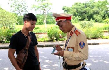 Cảnh sát giao thông huyện Trấn Yên kiểm tra giấy tờ người điều khiển phương tiện.