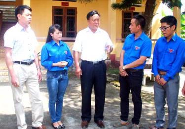 Lãnh đạo huyện Trạm Tấu trao đổi về công tác cán bộ với thế hệ trẻ của huyện.