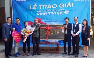 VNPT Yên Bái trao thưởng tivi Samsung Smart 43 inch chất lượng 4K UltraHD trị giá 13 triệu đồng cho ông Lê Kim Hải, xã An Thịnh, huyện Văn Yên.