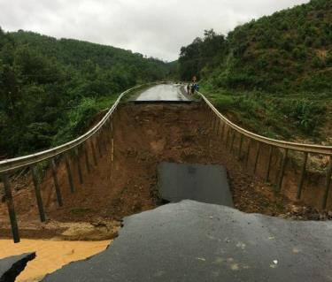 Tuyến quốc lộ 26 bị sạt lở nghiêm trọng chia cắt giao thông tỉnh Đắk Lắk - Khánh Hoà.