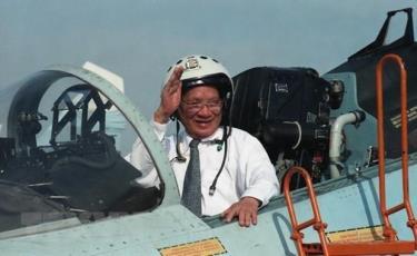 Chủ tịch nước Lê Đức Anh lên buồng lái máy bay chiến đấu Su-27 trong chuyến thăm Trung đoàn Không quân 937, Quân chủng Không quân Việt Nam, ngày 1/5/1996.