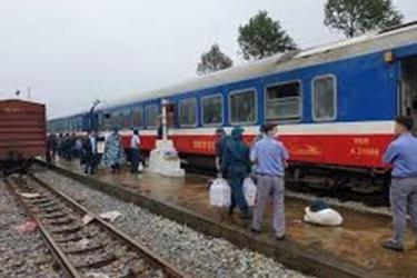Mưa lũ tại khu vực Nam Trung Bộ khiến đường sắt Bắc - Nam bị tê liệt.