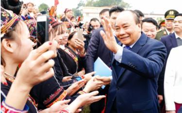 Thủ tướng Chính phủ Nguyễn Xuân Phúc chung vui với Đảng bộ, chính quyền, nhân dân các dân tộc Yên Bái khi huyện Trấn Yên là huyện đầu tiên của tỉnh và khu vực Tây Bắc được công nhận đạt chuẩn nông thôn mới (ảnh chụp ngày 30/1/2020).