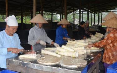 Nông dân xã Kiên Thành sơ chế măng Bát độ.
