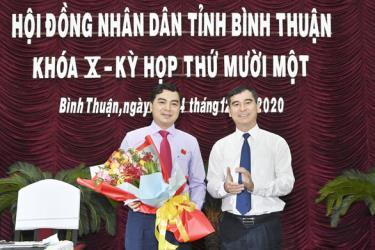 Ông Nguyễn Hoài Anh - tân chủ tịch HĐND tỉnh Bình Thuận khóa X, nhiệm kỳ 2016-2021 - nhận hoa chúc mừng