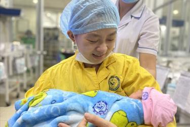 Hai mẹ con chị Cúc gặp nhau sau ca cấp cứu, điều trị thành công