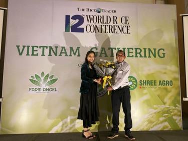 Anh hùng Lao động, kỹ sư Hồ Quang Cua, cha đẻ gạo ST25, nhận hoa chúc mừng từ Ban tổ chức.