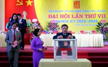 Các đại biểu bỏ phiếu bầu Ban Chấp hành Hội Liên hiệp VHNT Yên Bái khóa VII, nhiệm kỳ 2020- 2025