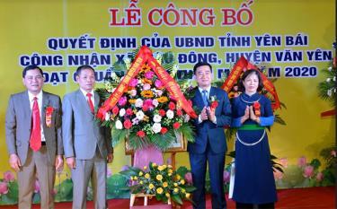 Lãnh đạo huyện Văn Yên tặng hoa chúc mừng xã Mậu Đông đón Bằng công nhận đạt chuẩn nông thôn mới năm 2020.