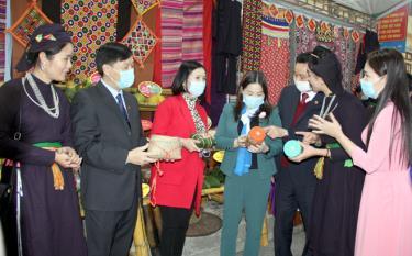Phó Chủ tịch UBND tỉnh Vũ Thị Hiền Hạnh tham quan gian hàng trưng bày tại Không gian chợ quê đất Ngọc.