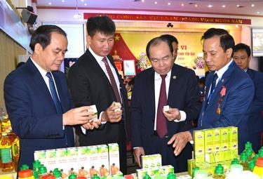 Ông Nguyễn Ngọc Bảo - Chủ tịch Liên minh Hợp tác xã Việt Nam tham quan các sản phẩm của hợp tác xã tại Yên Bái