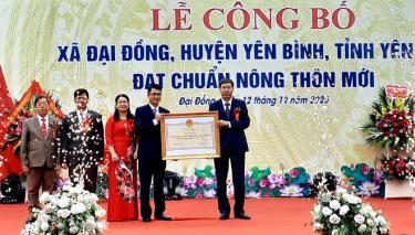 Đồng chí Đinh Đăng Luận - Giám đốc Sở Nông nghiệp và Phát triển nông thôn trao bằng công nhận đạt chuẩn NTM cho lãnh đạo xã Đại Đồng, huyện Yên Bình