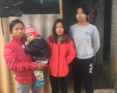 Mặc dù mang trong người nhiều bệnh tật, nhưng chị Hằng vẫn gồng mình để đấu tranh với cuộc sống, đi làm thuê kiếm tiền nuôi các con ăn học (Ảnh: Nhân vật cung cấp).