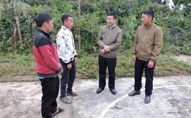 Lãnh đạo huyện Trạm Tấu chia sẻ, động viên những đảng viên thế hệ 9X ở Tà Chử.