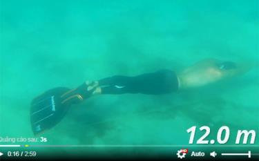 Xem Stig Severinsen thực hiện cú llặn dài 202m trong một lần thở để lập kỷ lục Guinness thế giới