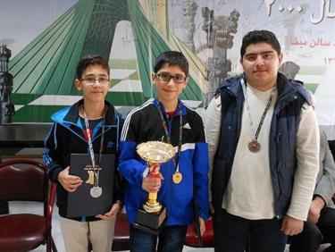 Alireza Firouzja (giữa) đoạt huy chương vàng tại giải Vô địch Cờ vua trẻ châu Á, hạng mục dưới 12 tuổi.