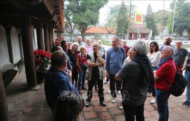 Khách du lịch quốc tế tại Văn Miếu Quốc Tử Giám, Hà Nội.