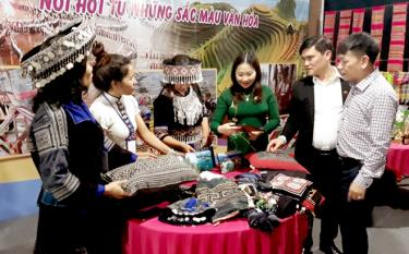 Vice Chairman of the Yen Bai People's Committee Vu Thi Hien Hanh at the province's booth at the second Brocade Culture Festival in Dak Nong.
