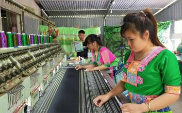Mong people in Kien Thanh commune, Tran Yen district weave traditional costumes