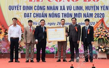 Phó Giám đốc Sở Nông nghiệp và Phát triển nông thôn Nguyễn Ngọc Xuân trao Quyết định của UBND tỉnh công nhận xã Vũ Linh đạt chuẩn NTM.