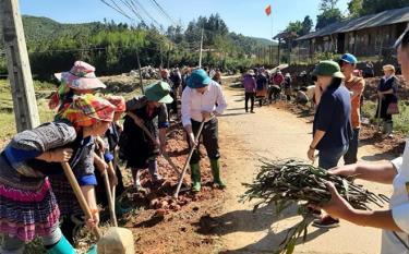 Cán bộ cùng nhân dân tham gia vệ sinh môi trường, trồng đường hoa tại xã Nậm Khắt, huyện Mù Cang Chải.