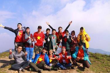 Cảm giác vui sướng của đoàn du khách  khi chạm đỉnh Tà Chì Nhù. (Ảnh minh họa)