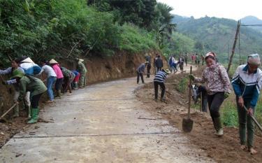 Người dân xã Quang Minh tích cực tham gia vệ sinh, phát quang bụi rậm hai bên đường chính và các tuyến đường thôn, liên thôn.