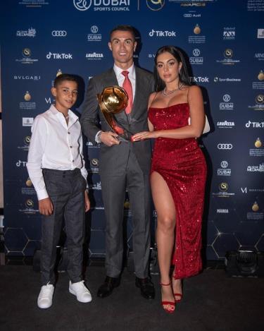 Ronaldo cùng vợ và con trai tại lễ trao giải Globe Soccer