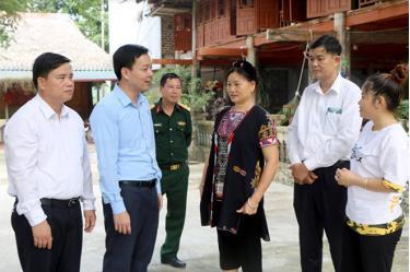 Đồng chí An Hoàng Linh - Bí thư Huyện ủy Yên Bình thăm mô hình homestay của gia đình anh Tướng Văn Hoàn ở thôn Ngòi Tu, xã Vũ Linh.