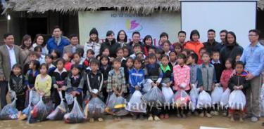 Học sinh điểm Trường Tiểu học Ao Ếch nhận quà của Hội từ thiện Tâm Sen.