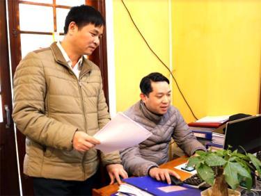 Đồng chí Hoàng Việt - Thủ trưởng Cơ quan Kiểm tra - Thanh tra huyện Văn Chấn chỉ đạo cán bộ lập kế hoạch kiểm tra giám sát năm 2019.