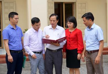 Lãnh đạo Đảng ủy khối Doanh nghiệp tỉnh trao đổi về công tác tạo nguồn kết nạp đảng viên.