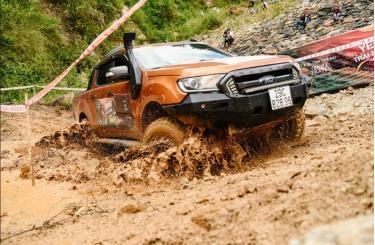Các tay đua thể hiện sức mạnh qua những quãng đường bùn lầy.