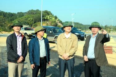 Đồng chí Nguyễn Chiến Thắng - Ủy viên Ban Thường vụ Tỉnh ủy, Phó Chủ tịch UBND tỉnh kiểm tra tiến độ thi công các công trình giao thông.