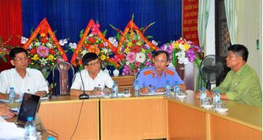 Cán bộ các ngành chức năng trong tỉnh giải quyết đơn khiếu nại của công dân.