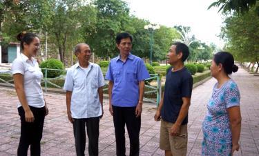 Lãnh đạo ban chi ủy các khu dân cư thị trấn Yên Bình, huyện Yên Bình trao đổi về nguồn phát triển Đảng ở tổ dân phố, cụm dân cư. (Ảnh: Thanh Hương)
