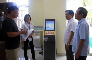 Lãnh đạo thành phố Yên Bái, Sở Nội vụ tìm hiểu việc giải quyết công việc cho nhân dân.