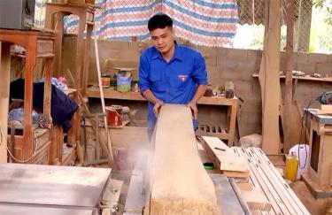 Xưởng sản xuất đồ gỗ nội thất của Nguyễn Ngọc Lợi cho thu nhập hàng trăm triệu đồng mỗi năm.