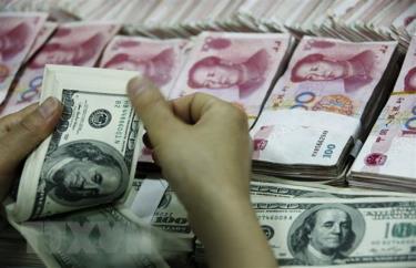 Đồng USD và đồng nhân dân tệ của Trung Quốc tại ngân hàng ở tỉnh An Huy.