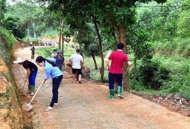Nhân dân xã Văn Lãng vệ sinh đường giao thông nông thôn.