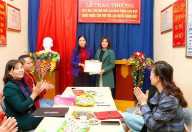 Cô giáo Mai Thị Kim Huế, Trường Mầm non Hoa Hồng nhận Giấy khen của UBND huyện Trấn Yên về hành động tốt đẹp của mình