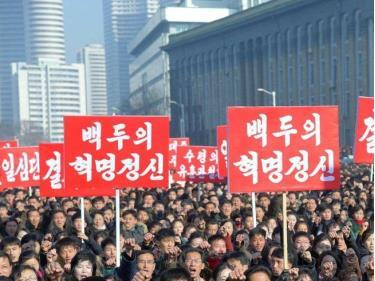 Hàng ngàn người dân Bình Nhưỡng tham gia diễu hành ngày 5-1 tại Quảng trưởng Kim Nhật Thành.