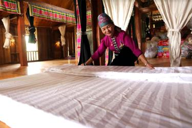 Bà Hoàng Thị Loan - chủ cơ sở du lịch cộng đồng Loan Khang thôn Xà Rèn, xã Nghĩa Lợi chuẩn bị cơ sở vật chất để phục vụ khách du lịch.