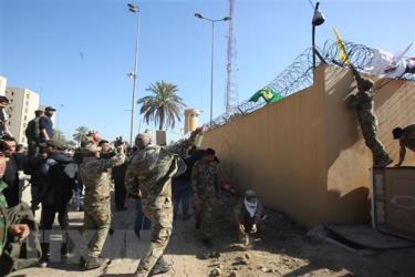 Các tay súng thuộc nhóm phiến quân Hashd al-Shaabi biểu tình bên ngoài sứ quán Mỹ ở Baghdad, Iraq.