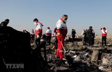 Lực lượng cứu hộ làm nhiệm vụ tại hiện trường vụ rơi máy bay của hãng hàng không Ukraine ở Parand, phía nam Tehran của Iran, ngày 8/1.
