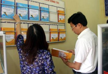 Lãnh đạo huyện Văn Yên kiểm tra việc niêm yết thủ tục hành chính tại cơ sở.