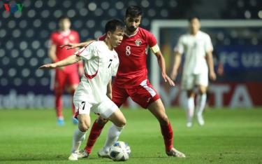 Jordan (áo đỏ) tạm thời dẫn đầu bảng D U23 châu Á sau trận thắng Triều Tiên.