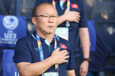 Huấn luyện viên Park Hang-seo thực hiện nghi lễ chào cờ.
